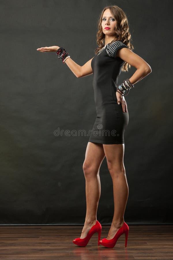 De elegante vrouw die armbanden dragen houdt open hand stock fotografie
