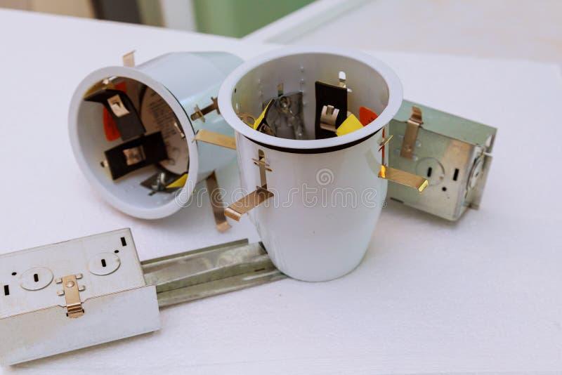 De elektricien assembleert het systeeminstallatie van plafondlichten stock foto's