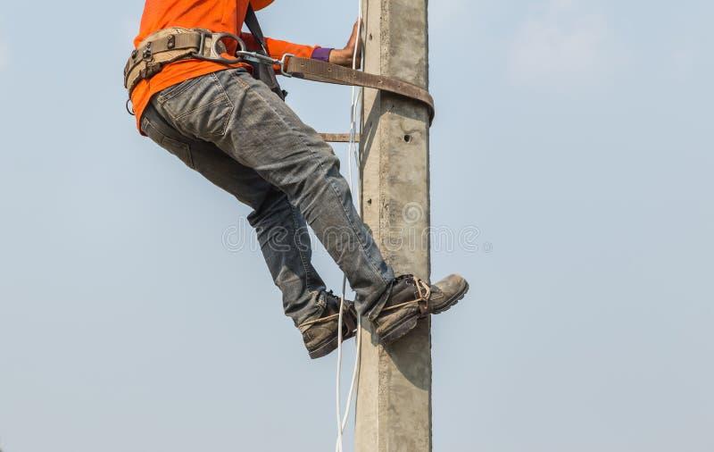 De elektricien beklimt het werken met veiligheidsgordel royalty-vrije stock foto's
