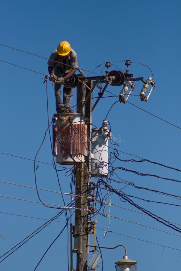 De elektricien herstelt een draad van de machtslijn royalty-vrije stock afbeelding