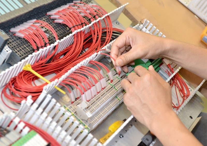 De elektricien verbindt de elektrische kabeldraad royalty-vrije stock fotografie
