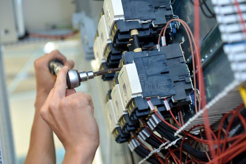 De elektricien verbindt de elektrische kabeldraad stock foto's