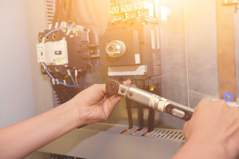 De elektricien verbindt de elektrische kabeldraad stock afbeelding