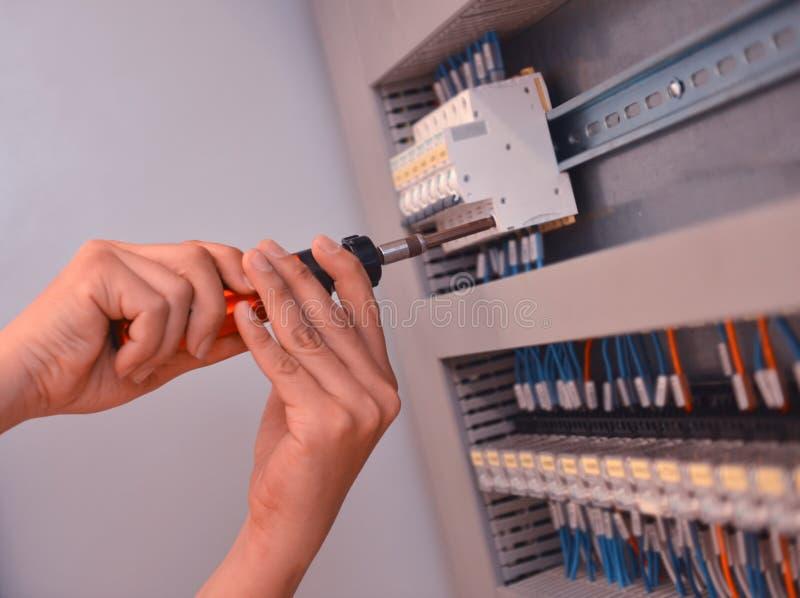 De elektricien verbindt de elektrische kabeldraad Ingenieursonderhoud de systeemcontrole royalty-vrije stock fotografie