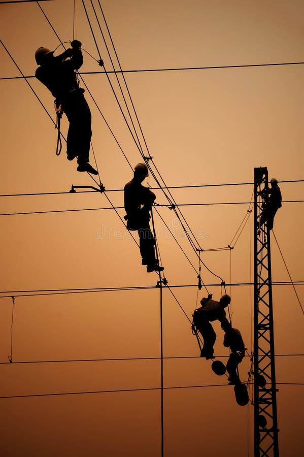 De elektriciens herstellen contactdraad
