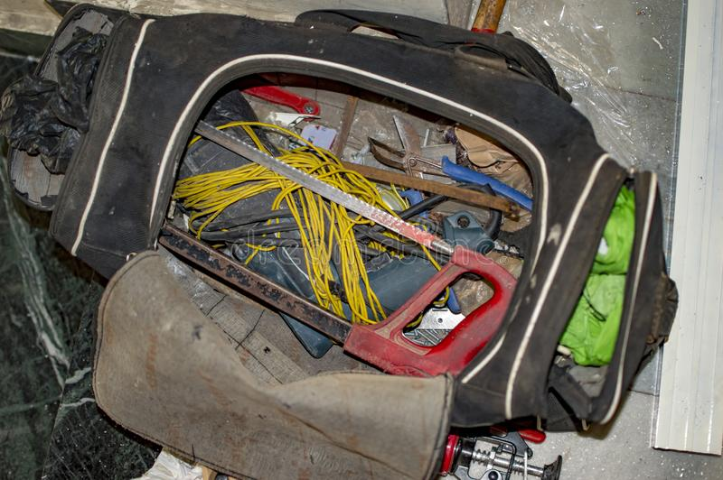 De elektriciens herstellen uitrusting met hulpmiddelen en draden royalty-vrije stock afbeelding
