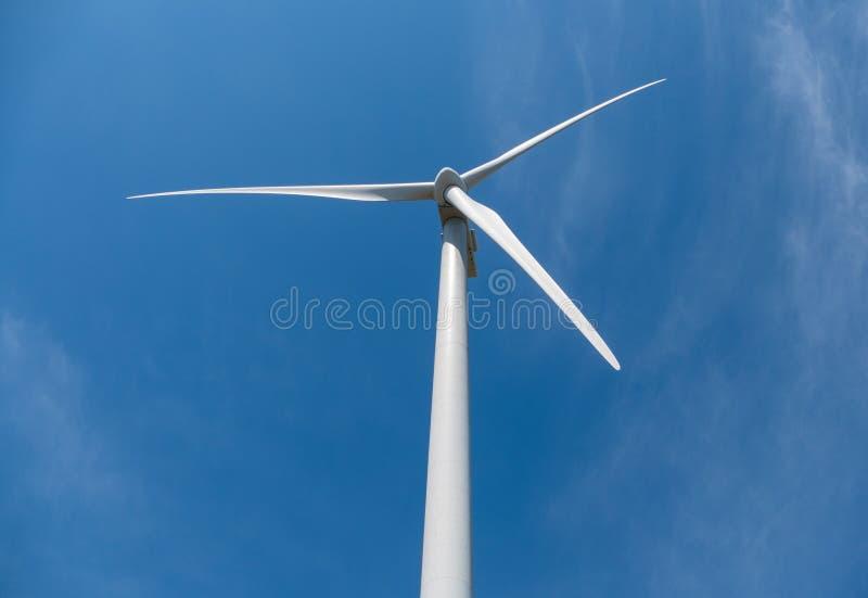 De elektriciteits blauwe hemel van windturbines stock afbeeldingen