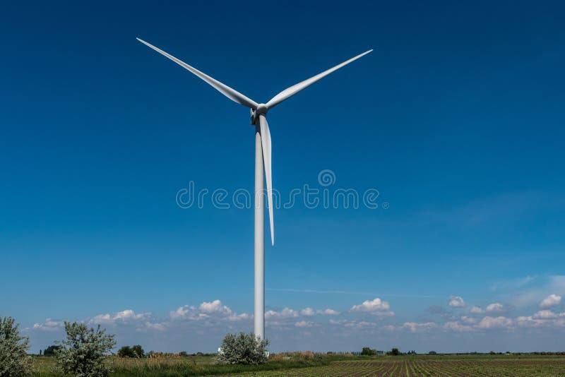 De elektriciteits blauwe hemel van windturbines stock afbeelding