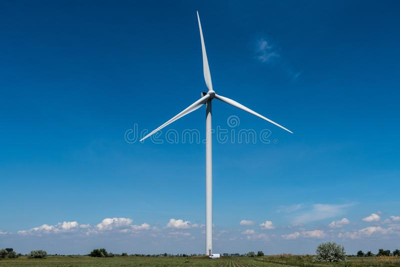 De elektriciteits blauwe hemel van windturbines royalty-vrije stock foto's