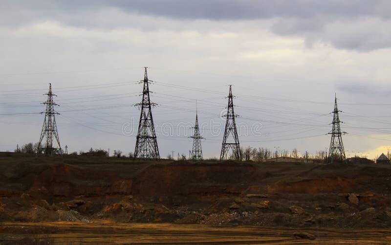 De elektriciteitspost, sluit omhoog de lijnen van de hoogspanningsmacht bij zonsondergang De post van de elektriciteitsdistributi royalty-vrije stock afbeelding