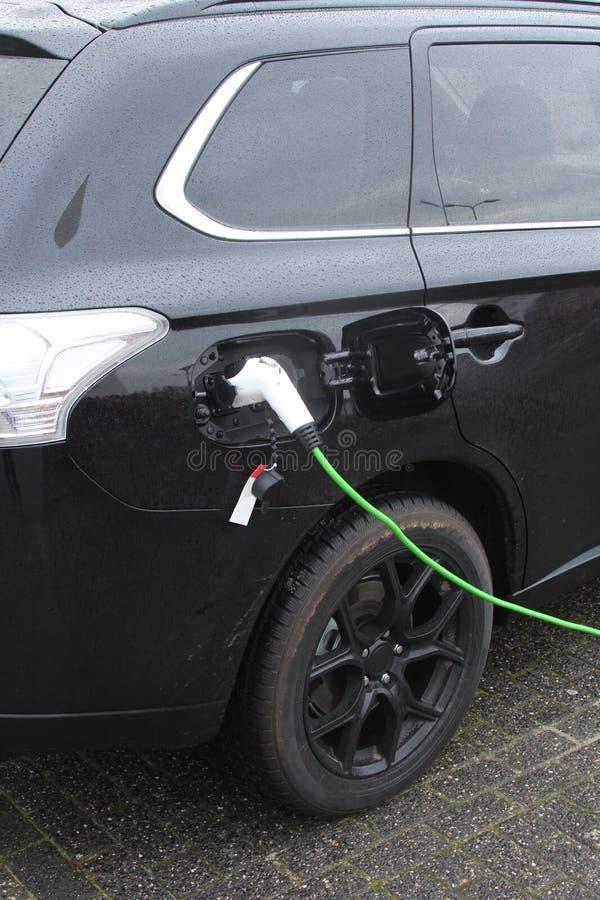 De elektrische auto laadt op een het laden punt royalty-vrije stock fotografie
