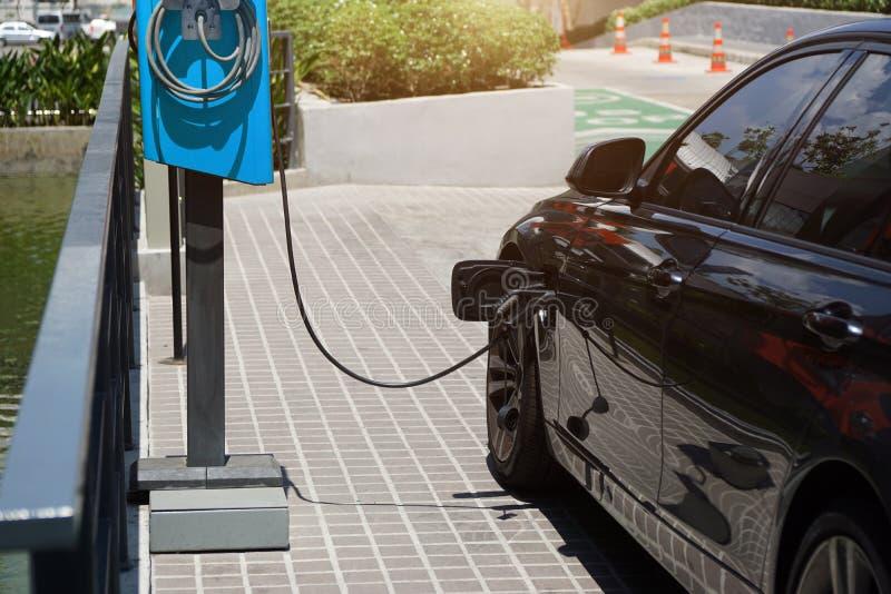 De elektrische auto's laden elektriciteit aan opslag in autobatterijen stock fotografie