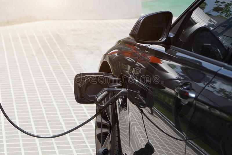 De elektrische auto's laden elektriciteit aan opslag in autobatterijen royalty-vrije stock fotografie