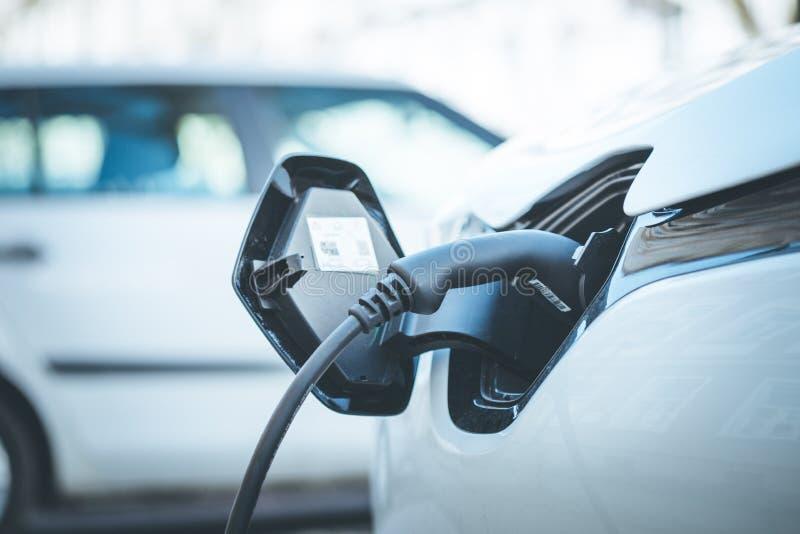 De elektrische auto tankt omhoog zijn batterijen, toekomstige innovatie van bij mobiliteit royalty-vrije stock afbeelding