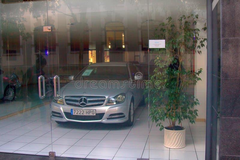 De elektrische auto van Mercedes voor verkoop in de toonzaal van het bedrijf stock fotografie