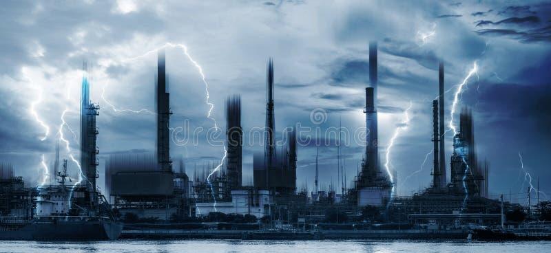 De elektrische centralesindustrie en bliksemonweersbui stock foto