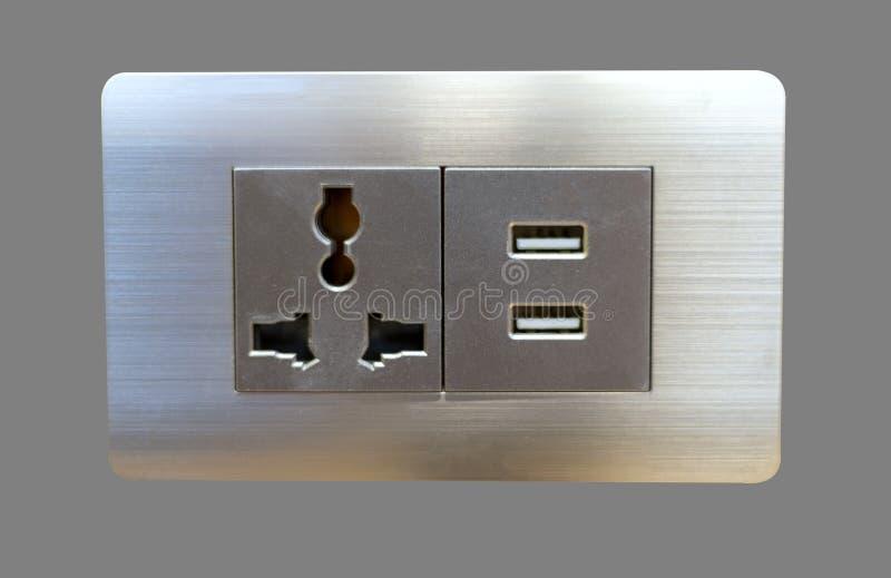 De elektrische contactdoos en USB die van de muurstop haven laden isoleren op grijze bakcground stock foto