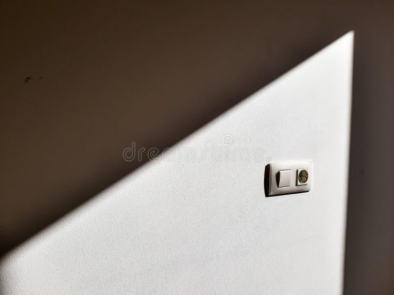 De elektrische contactdoos Europese model220v trof vermijden voorbereidingen bevlekkend toen het schilderen van de omringende muu stock fotografie