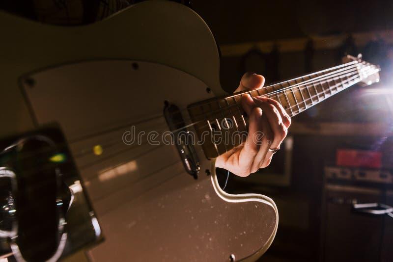 De elektrische gitaar in gitarist overhandigt close-up royalty-vrije stock foto