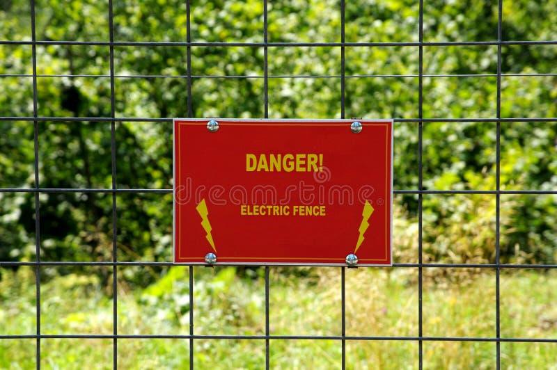 De elektrische omheining van het gevaar stock afbeelding