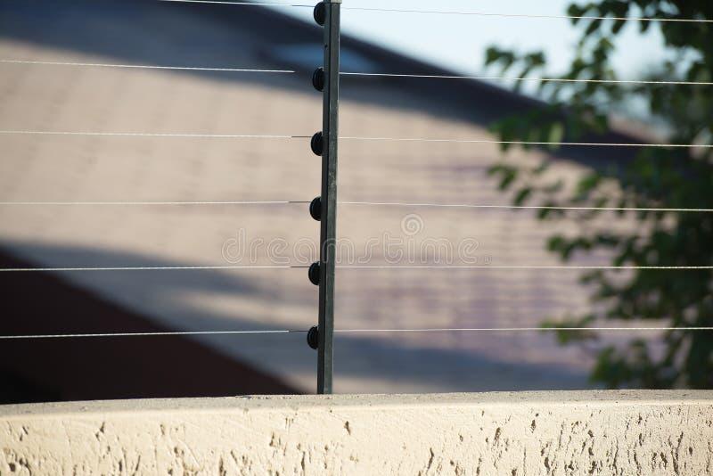 De elektrische omheining voor beschermt raad stock afbeelding