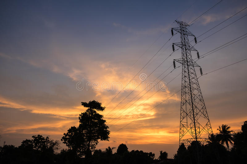 De elektrische pool van de hoogspanningstoren op schemeringhemel royalty-vrije stock foto's
