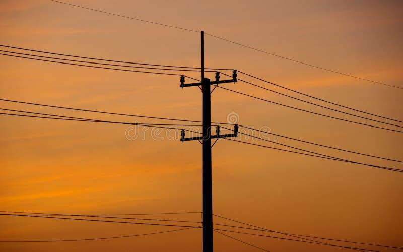 De elektrische pool van de silhouetmacht in avondtijd royalty-vrije stock fotografie