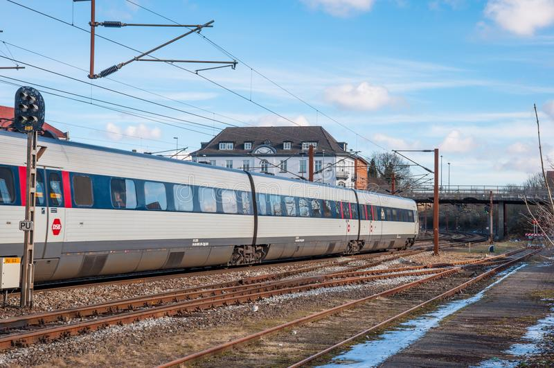 De elektrische regionale trein die van DSB IR4 Slagelse-station verlaten stock fotografie
