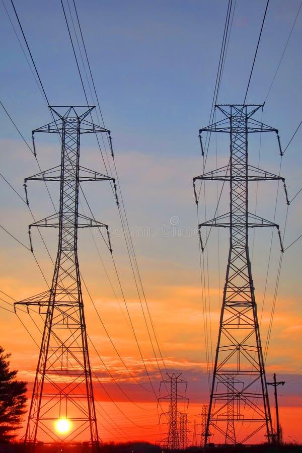 De elektrische Torens van de Transmissie van de Hoogspanning van het Net stock afbeeldingen