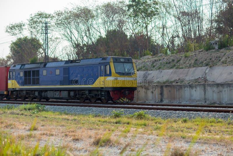 De Elektrische Trein van de hoge snelheid Het platform van de ladingstrein met goederentreincontainer bij depot in havengebruik v royalty-vrije stock fotografie