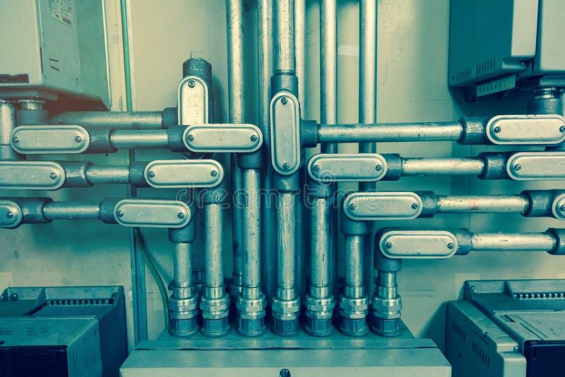 De elektrodieBuis met kabeldoos wordt verbonden voor verbindt elektrokabel in doos, aan uitstekende toon voor industriële mede te royalty-vrije stock afbeeldingen