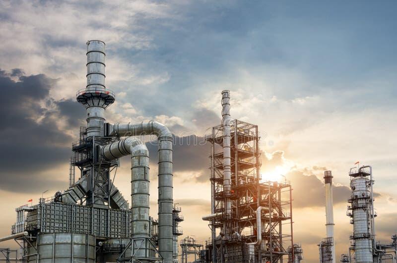 De elektroelektrische centrale van de gasturbine bij schemer met schemering royalty-vrije stock afbeelding