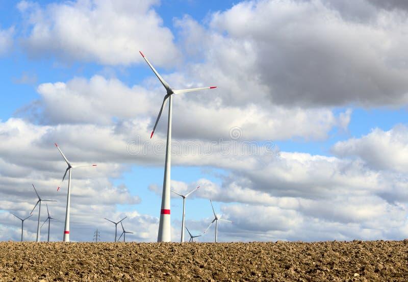 De elektrogenerator van de windturbine infield stock fotografie