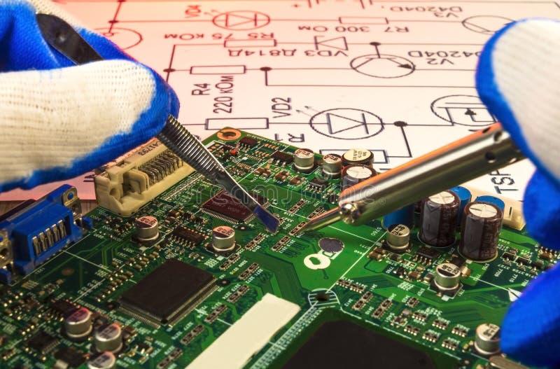 De elektronika verwerkende diensten, het hand solderen van elektronische raad stock afbeelding