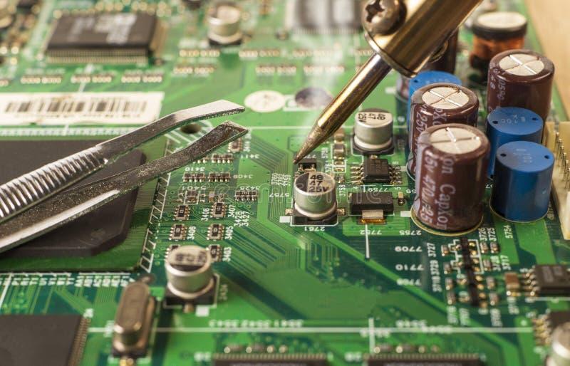 De elektronika verwerkende diensten, het solderen van elektronische raad royalty-vrije stock foto's