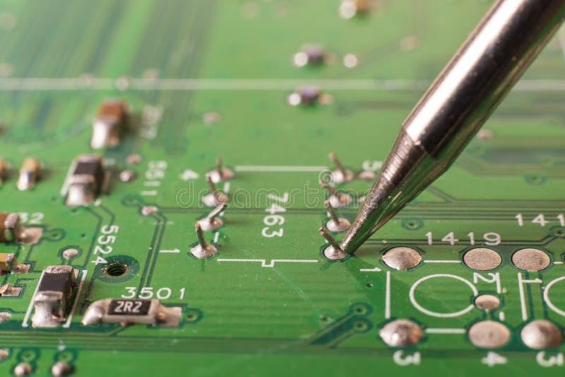 De elektronika verwerkende diensten, het solderen van elektronische raad stock afbeelding