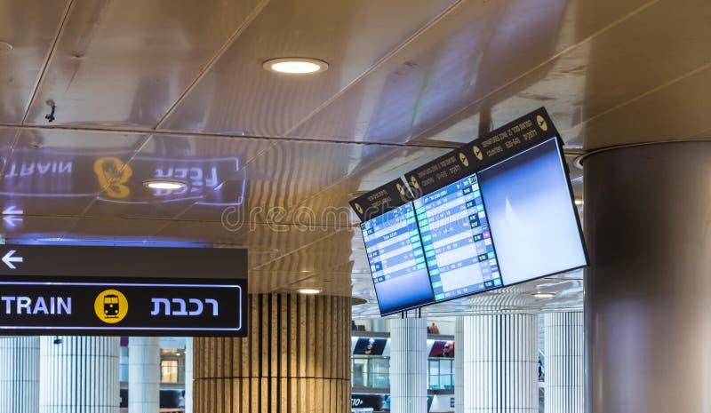 De elektronische informatietribune voor het controleren van vluchten hangt van het plafond in de hal van Ben Gurion International stock fotografie