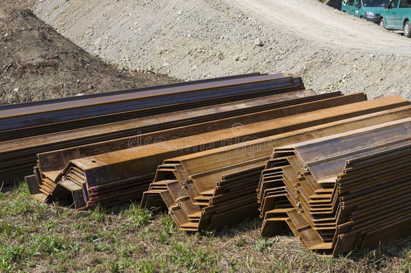 De elementen van de bladstapel in paren bij een brugbouwwerf die worden gestapeld en worden geassembleerd royalty-vrije stock foto's
