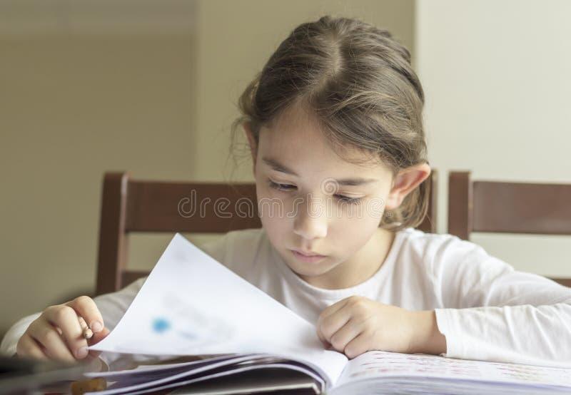 De elementry student denkt stock fotografie