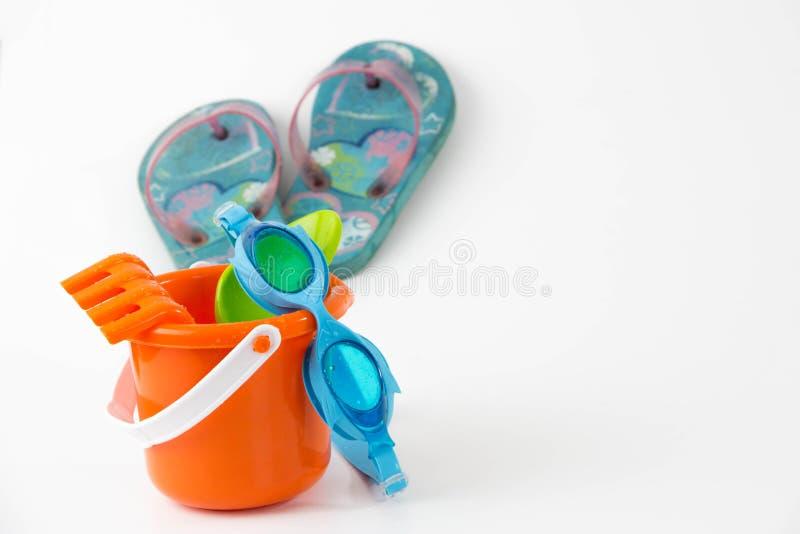De emmer van het de zomerspeelgoed met de wipschakelaars van spadebeschermende brillen royalty-vrije stock afbeelding