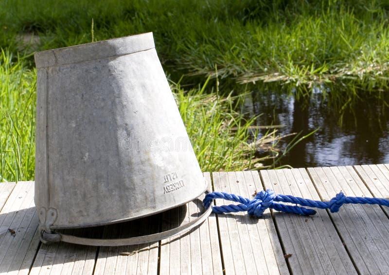 De emmer van het water op de brug royalty-vrije stock foto