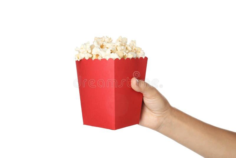 De emmer van de vrouwenholding met heerlijke popcorn op witte achtergrond stock afbeelding