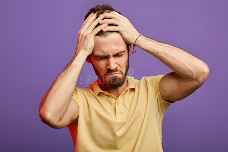 De emotionele knappe mens heeft harde tijd stock foto