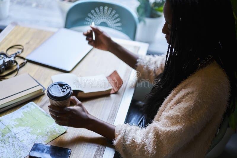 De emotionele mooie smakelijke koffie van de afro Amerikaanse vrouw en het gebruiken van moderne technologie stock foto's