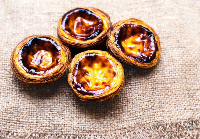 De en colores pastel nata, pasteles cremosos tradicionales portugueses Egg la tarta fotos de archivo libres de regalías