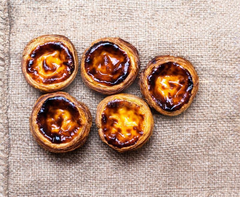 De en colores pastel nata, pasteles cremosos tradicionales portugueses Egg la tarta foto de archivo