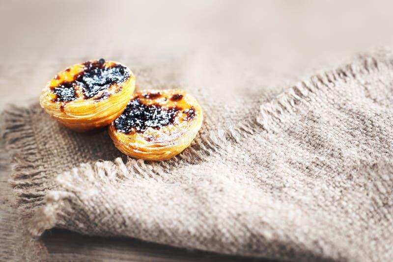 De en colores pastel nata, pasteles cremosos tradicionales portugueses Huevo w agrio imagen de archivo libre de regalías