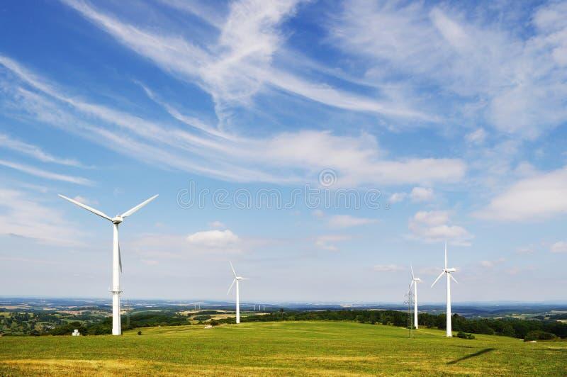 De energielandbouwbedrijf van de wind royalty-vrije stock afbeeldingen