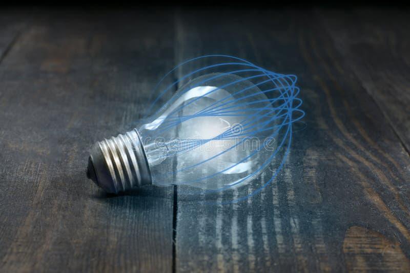 De energietechnologie van een gloeilamp die van blauwe gebogen lijnen en de schoonheid van houten raadsvezels geïsoleerd is stock afbeeldingen