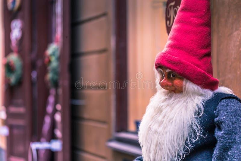 21 de enero de 2017: Estatua de un enano de la Navidad en la ciudad vieja de fotografía de archivo libre de regalías
